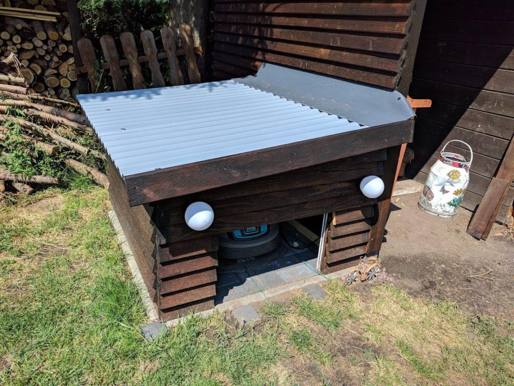 Rolltor-Garage-Rasenroboter-Haupt