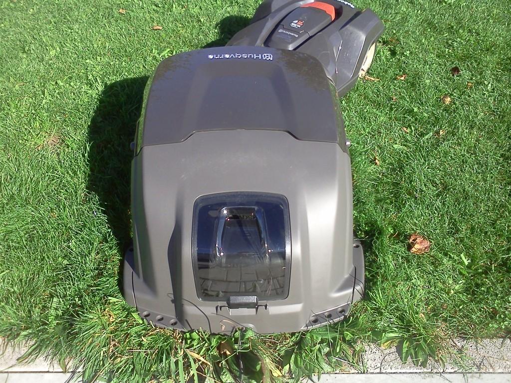 rasenmaeher-roboter-garage-husqvarna-automower-320-330x-hinten-zu