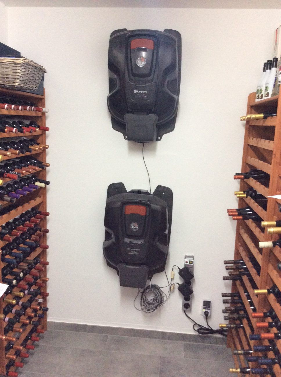 Automower an Wand im Weinkeller