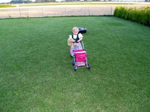 Rasenroboter mit Kind