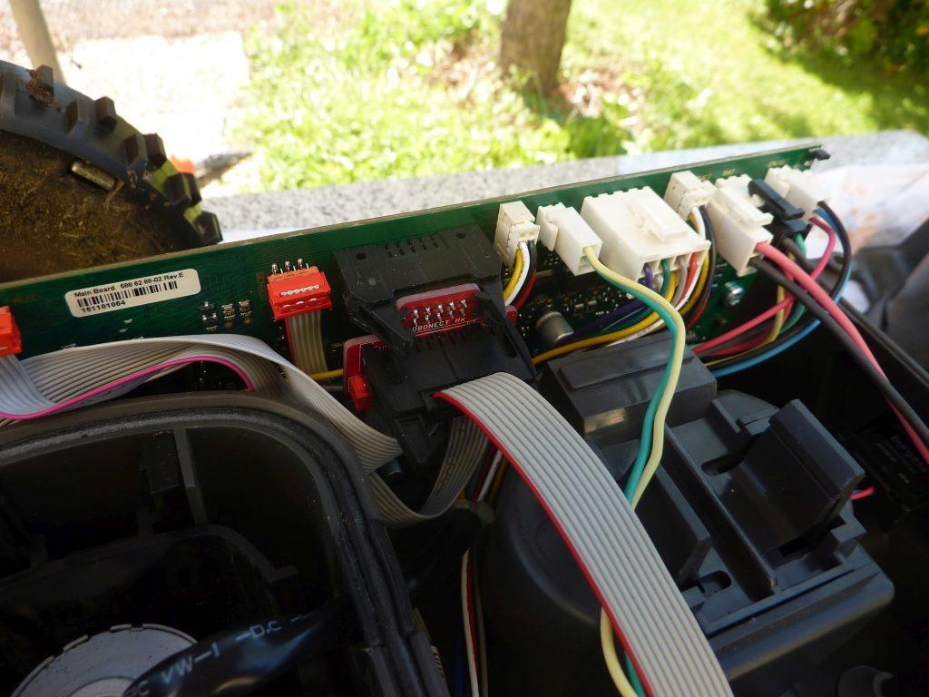 Automower-105-Hauptplatine-mit-WLAN-Modul-Ausschnitt