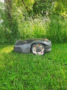 Automower-415x-hochkant-seitlich-Gras